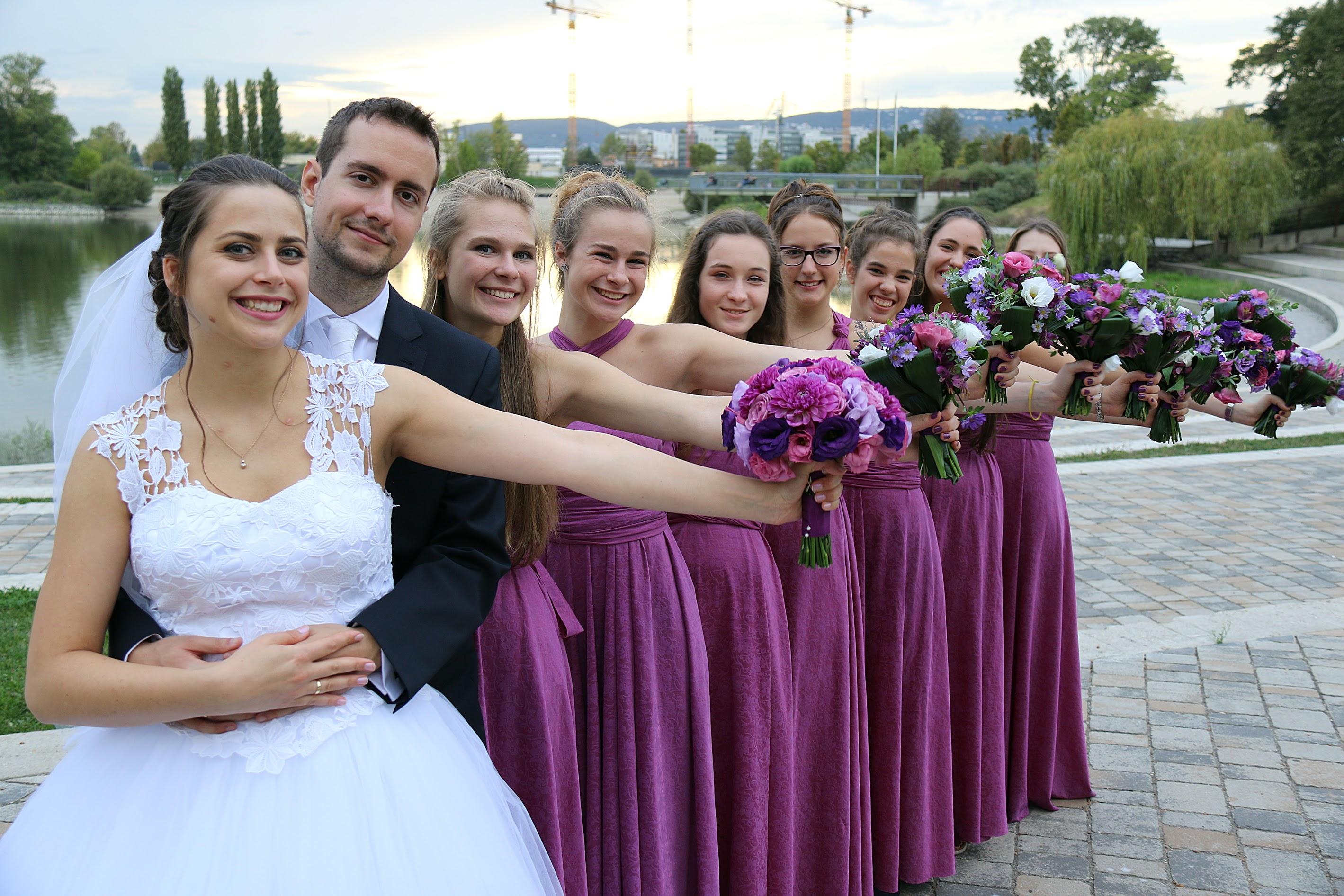 koszorúslányok esküvőn