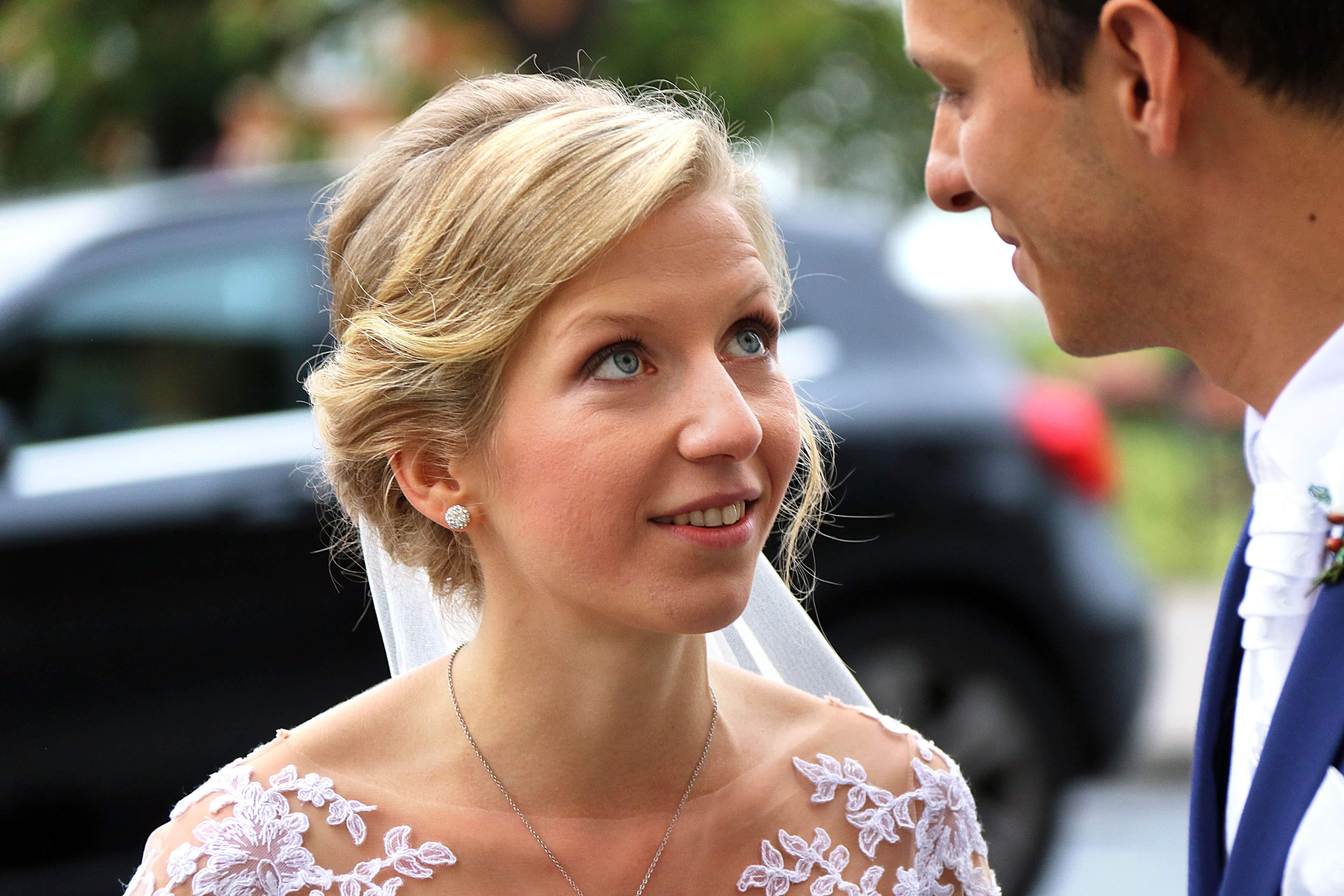 Menyasszony a templom előtt